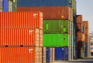 Stos standarodwych kontenerów ładunkowych